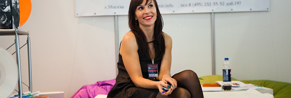 Девушка на выставке Музыка Москва 2012